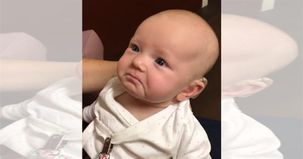 耳に障害を持った赤ちゃん。補聴器を付けて、初めてお母さんの声を聞いた反応に感動