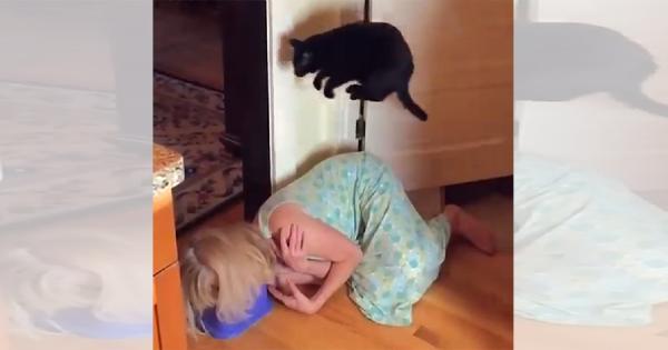 ご主人もひとっ飛び!あらゆる障害物をジャンプで飛び越える黒猫が可愛すぎる