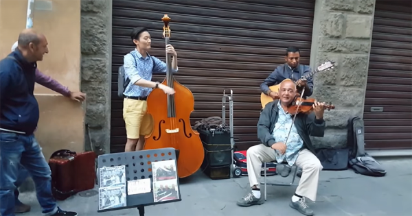 イタリアの路上ライブに飛び入り参加した青年、素晴らしい演奏に地元ミュージシャンもビックリ
