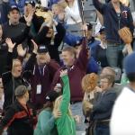 野球の試合中、観客席にバットが飛んでいった!男性がバットを片手でキャッチし、奥さんを守る