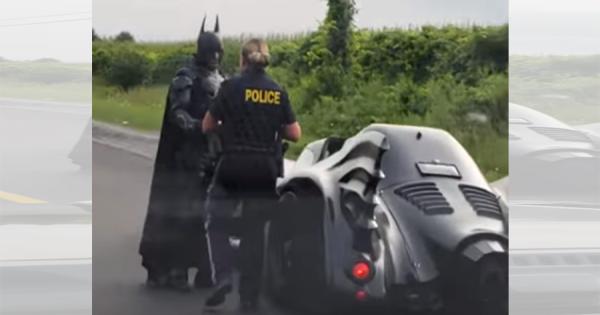 バットマンが運転するバットモービルが警察官に止められる!カナダで撮影された衝撃映像