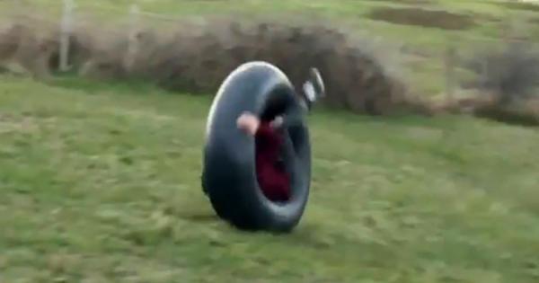 【閲覧注意】巨大なタイヤチューブの中に入って、坂を転がり落ちてみた → 危うく大事故に!