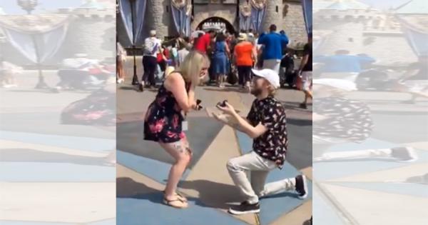 ディズニーランドで起きた奇跡!眠れる森の美女の城の前で、カップル2人が同時にプロポーズ