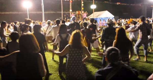 こんなお祭り見たことがない!「ダンシング・ヒーロー」の盆踊りが頭から離れない