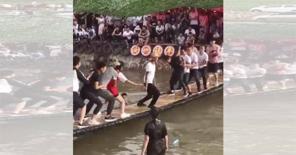 神がかったバランス感覚!中国の揺れる橋を乗りこなす男性がスゴいと話題に