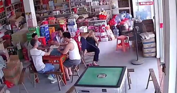 カードゲームに夢中になっていた男性の財布が無くなった!監視カメラが捉えた意外な犯人にビックリ