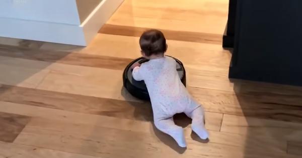 これはカワイすぎる!ロデオのようにお掃除ロボット「ルンバ」を乗りこなす赤ちゃん