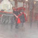 店の前に繋がれたワンコに突然の大雨!それを見た店員が自らのジャケットを被せてあげる
