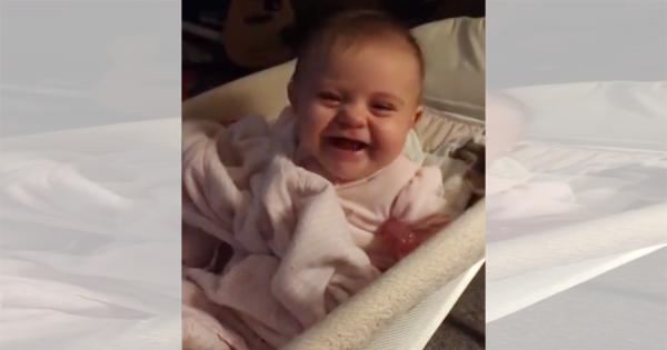 号泣している赤ちゃんがカメラの存在に気付くと、涙目から一転!満面の笑みでポーズ