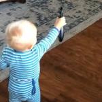 断捨離が過ぎる!(笑) リモコンでテレビを付けることが出来なかった赤ちゃんの予想外の行動