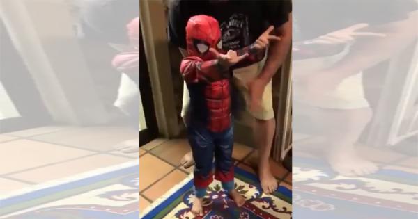 世界一可愛いスパイダーマンが話題!パパに手伝ってもらって、家の中を縦横無尽に舞う