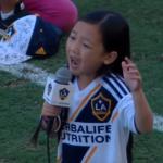 7歳の少女による圧巻の国歌斉唱!サッカーの試合前に披露された驚異の歌声に鳥肌確実
