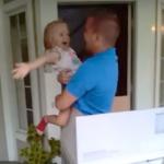 3歳の娘と感動の再会!アフガニスタンから帰還したお父さんがプレゼント箱からサプライズ登場