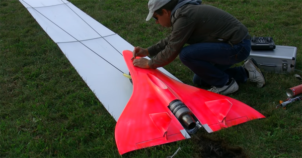 時速724kmで大空を飛ぶ世界最速のラジコン飛行機!瞬きしたら見失うほどのスピード