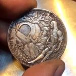 騎士の剣を突き立てると聖杯が登場!華麗なギミックが施されたコインが話題沸騰