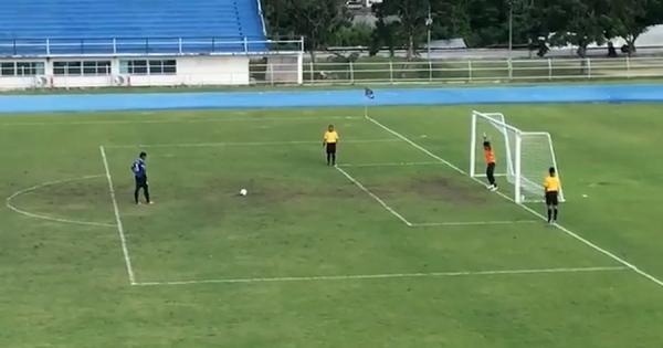 PKを外したかと思ったら……!タイの高校サッカーで生まれた奇跡のシュートが話題
