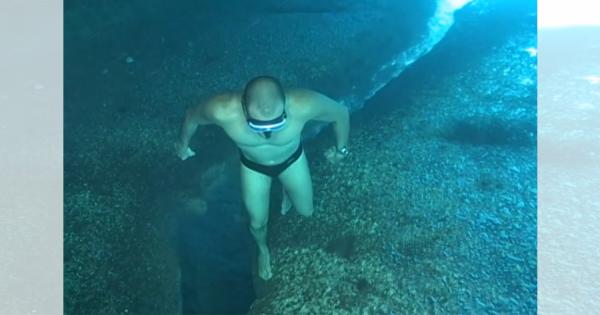 確実に頭が混乱する動画!ゆっくりと川辺を歩いている男性。実は上下逆さまで海の中を歩いていた