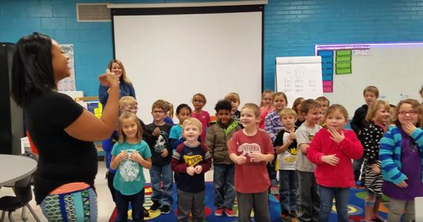 感動のサプライズ!生徒たちから手話のバースデーソングを送られた耳の不自由な清掃員