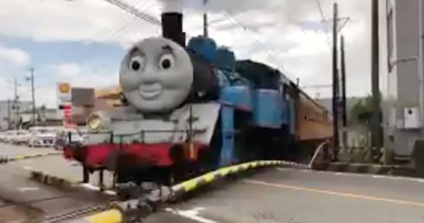 あの「きかんしゃトーマス」が日本の鉄道に!静岡の踏切を渡る映像に度肝抜かれる