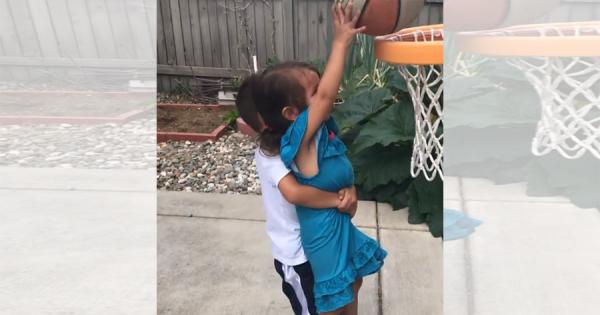 バスケットボールが顔面に当たって妹が号泣!お兄ちゃんの優しく励ます姿に心が温まる