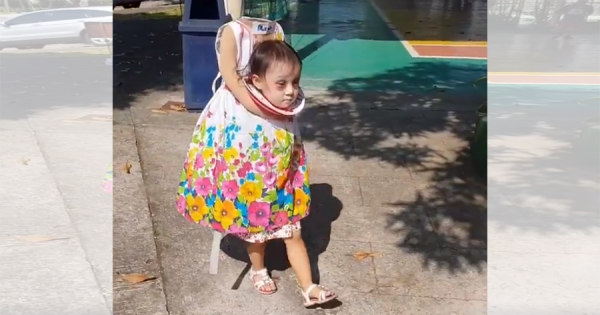 今年のハロウィンで世界一攻めた仮装をした女の子!お菓子をもらう姿がめちゃシュール