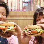 【肉好きコンビ参戦】「いい肉の日」を記念した超ボリュームバーガーを食べてきた
