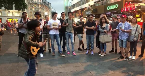 台湾の天才ウクレレ少年Feng Eが話題!ロンドンの街角でマイケル・ジャクソン『Beat It』を演奏