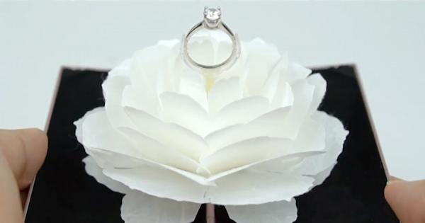 ロマンチックなプロポーズに!花が開きながら、回転して指輪が現れるリングケース