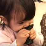 初めての恵方巻きと唐揚げにかぶりつく!食欲旺盛な1歳の女の子の可愛い食べっぷり