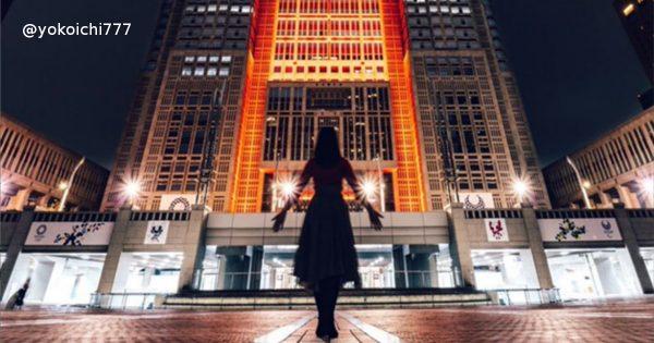 まるでラスボス登場シーン。ライトアップされた都庁と妻を撮影した写真がやばい