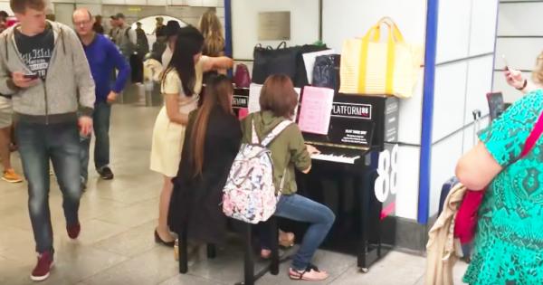 日本人女性がロンドンの駅でピアノ演奏! 50人もの通行客が足を止めたその音色に感動