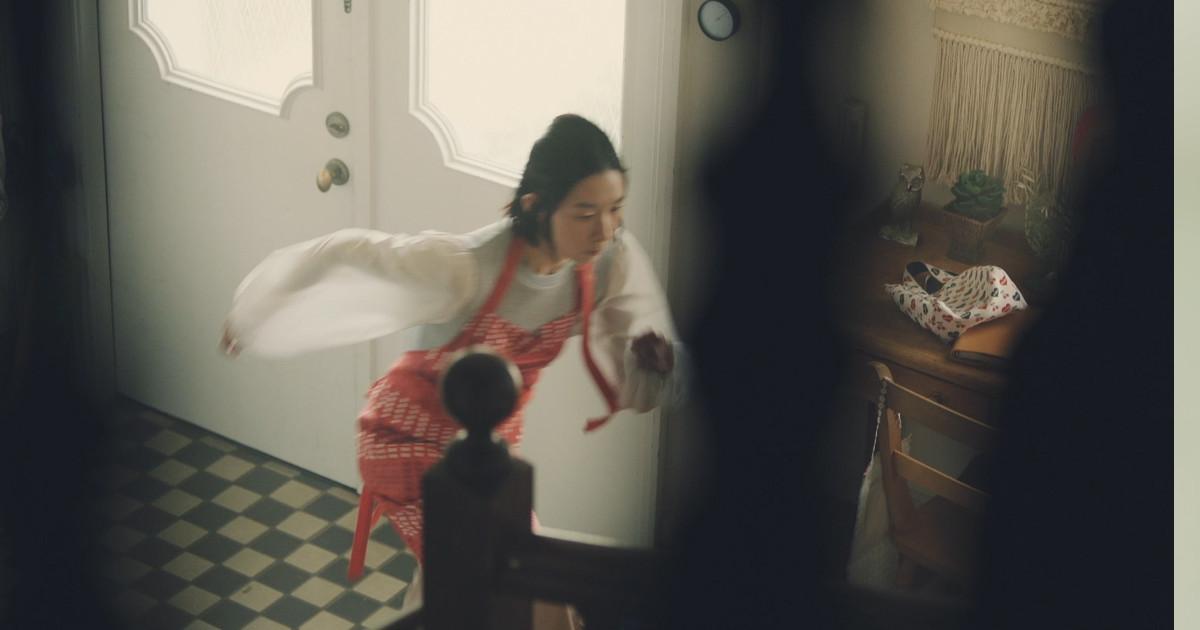 夫と子どもを見送った後、慌ててリビングへ走った一人の主婦に思いがけない展開が!