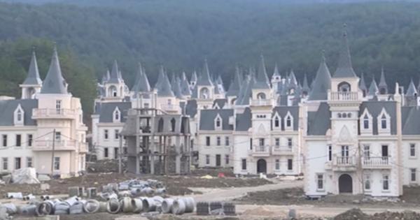 なんだか不気味…売れ残ったリゾート地のお城