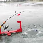 これは予想外(笑)自動釣りマシーンでワカサギ釣りをする男性の大失態に笑う