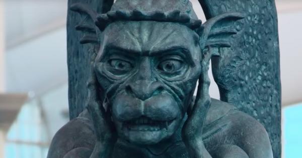 どうなってるの!? まるで生きているかのような銅像に驚く観光客