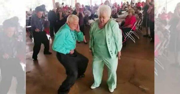 年齢を感じさせない!お年寄りカップルの情熱的なレゲエダンスに拍手