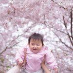 桜の下で毎年撮影する「我が子の笑顔」が素敵すぎる