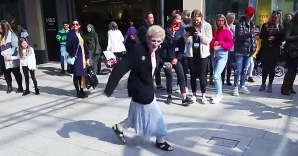 元気もらえる!華麗なステップで踊るスーパーおばあちゃんに拍手喝采
