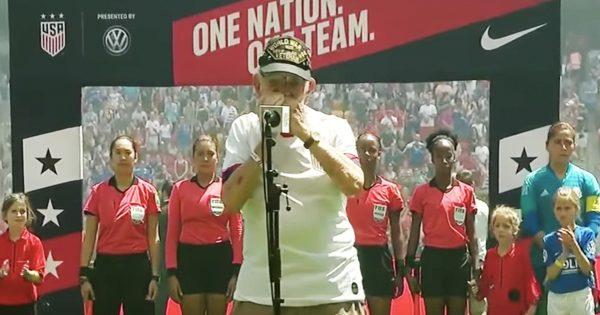 96歳のおじいちゃんが国歌を演奏!スタジアムが感動の渦に包まれる