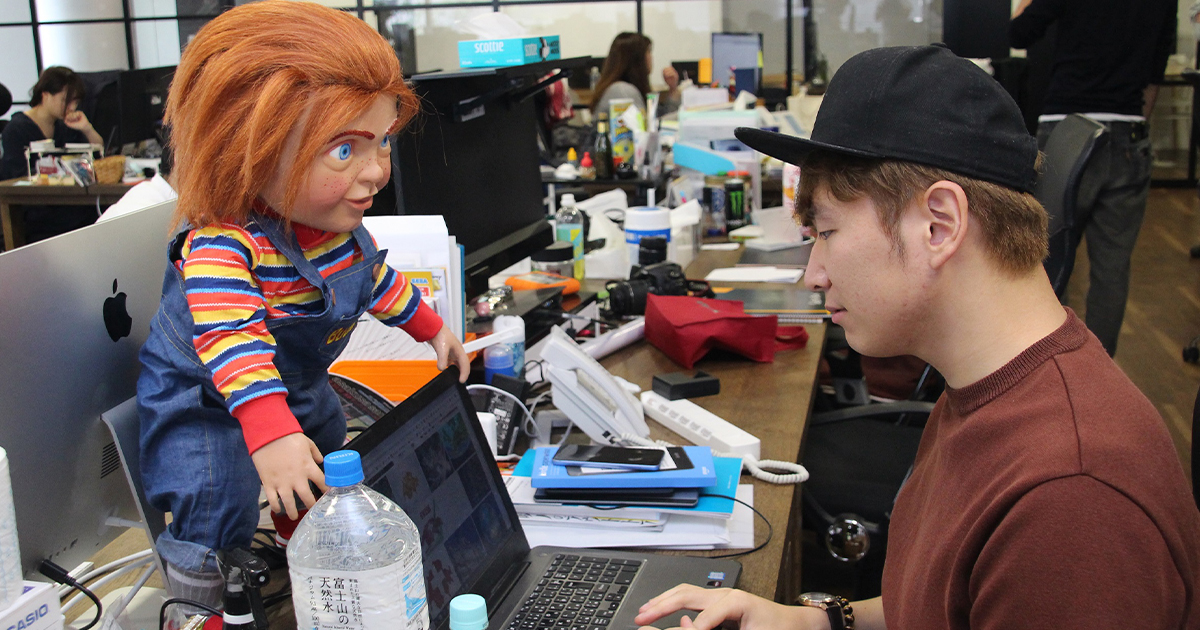 あの恐怖のバディ人形「チャッキー」がオフィスにやってきた