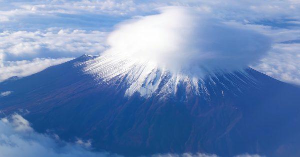 【新年に見たい】上空から見下ろす富士山、最高じゃない?