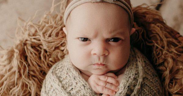 生後3週間の赤ちゃんの「記念撮影の表情」が険しすぎるwww