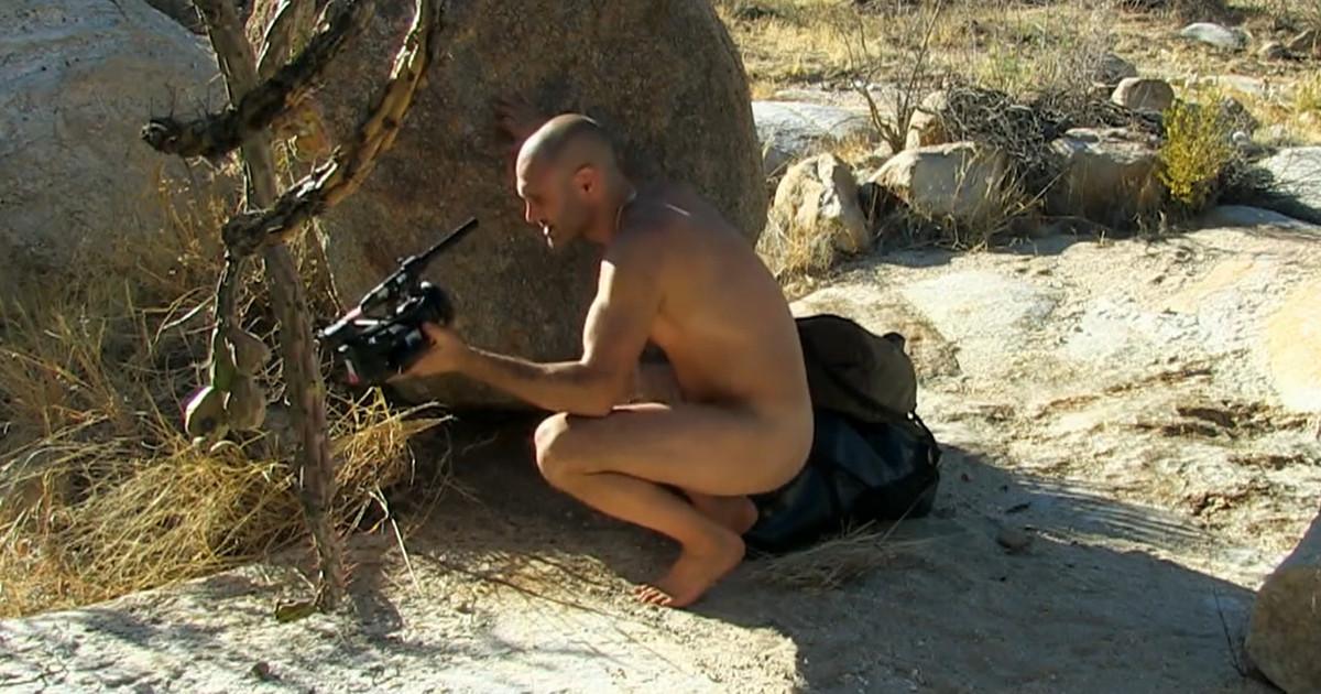 【ナイフも水も服なし…】全裸で10日間サバイバルする男