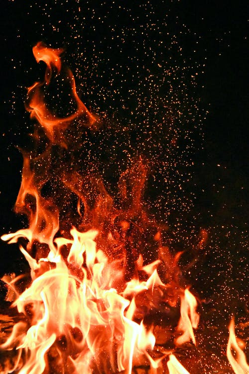 光秀の軍勢に取り囲まれた信長が自決の覚悟を決め火を放ち、燃え上がる本能寺