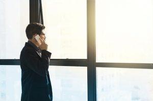 電話している起業家