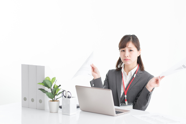 履歴書を見て困惑する女性