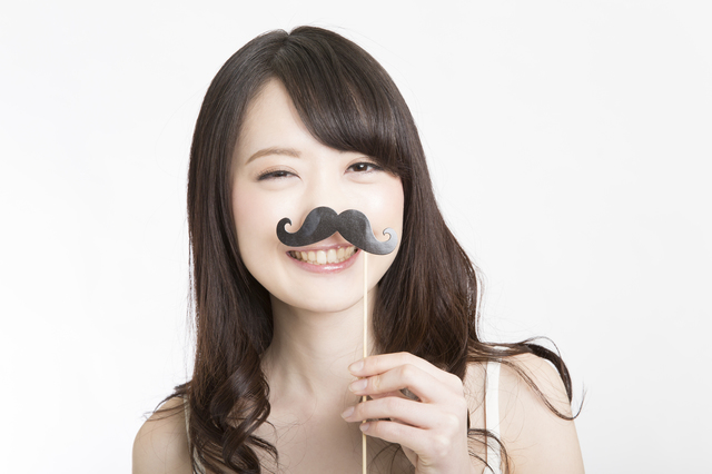 付け髭で遊ぶ女性