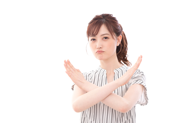 NGサインを出す女性