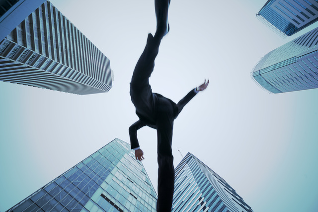飛躍する男性