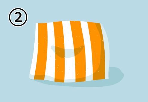白地に太いオレンジストライプのクッション